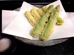 季節の一品料理、アスパラの天ぷら。是非どうぞ!